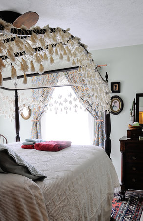 Oviatt House Bed and Breakfast: 4 poster canopy bed in Lewis Room