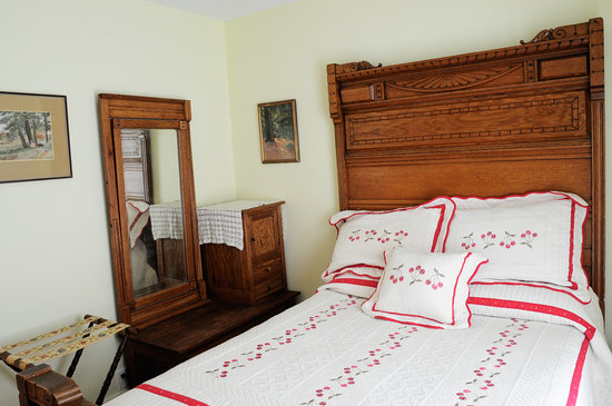Oviatt House Bed and Breakfast: Pierpont Room with Cherry Quilt and Michigan Antiques