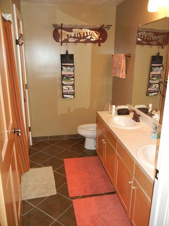 Crestview Condominiums: 1st bathroom