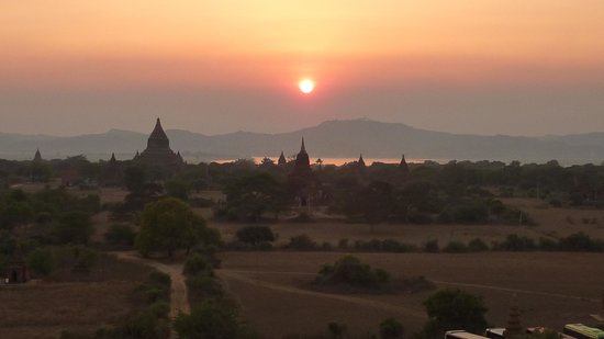 The Hotel at Tharabar Gate: coucher de soleil sur Bagan