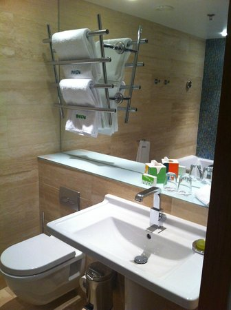 Avalon Hotel: Clean, functional bathroom