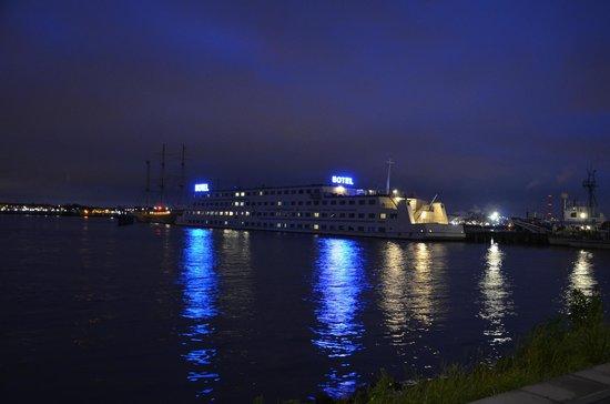 Amstel Botel: Отель в ночное время.