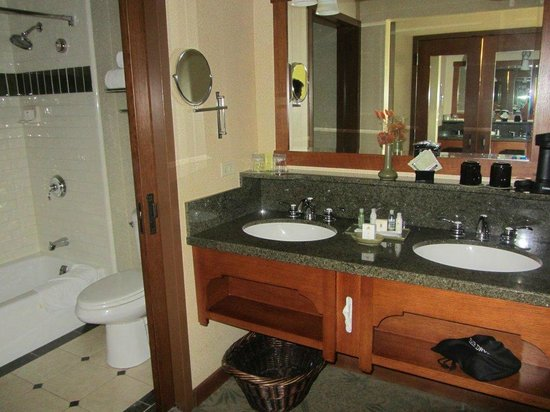 Disney's Grand Californian Hotel & Spa: Double vanity area