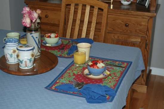 Arbor Bed and Breakfast: Breakfast in the diningroom