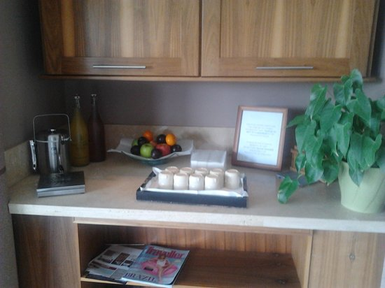 Ballygarry House Hotel & Spa : Free juice, water, magazines in the relaxation room.