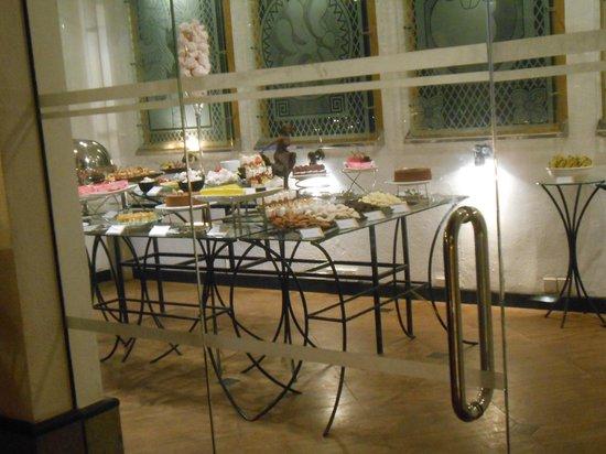 Cinnamon Lodge Habarana: The dessert room 'naughty'