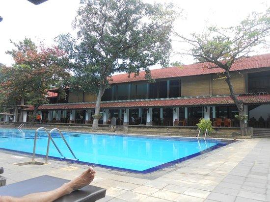 Cinnamon Lodge Habarana: Swimming pool & restaurant