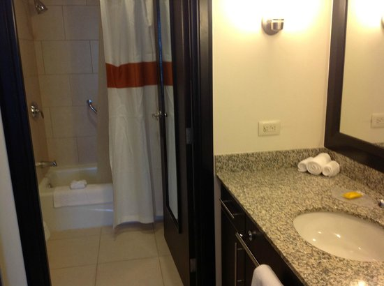Residence Inn San Jose Escazu: Bathroom