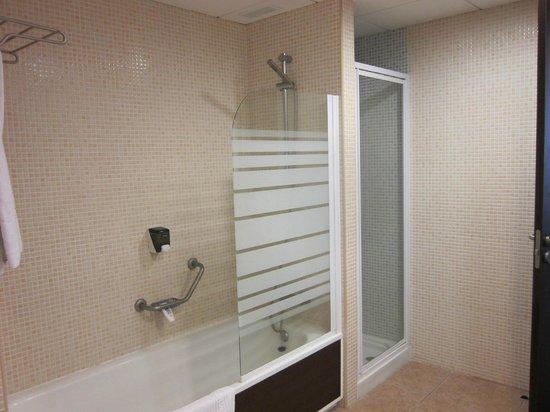 Apartamentos Gema Aguamarina Golf: bathroom, separate shower
