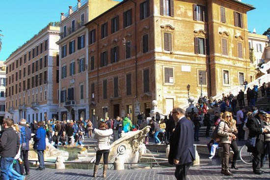 Relais Pierret Piazza di Spagna : Relaias Pierret is the pink building to the left of the Spanish Steps