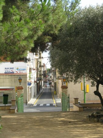 Calella, Spanien: from the park looking down the street