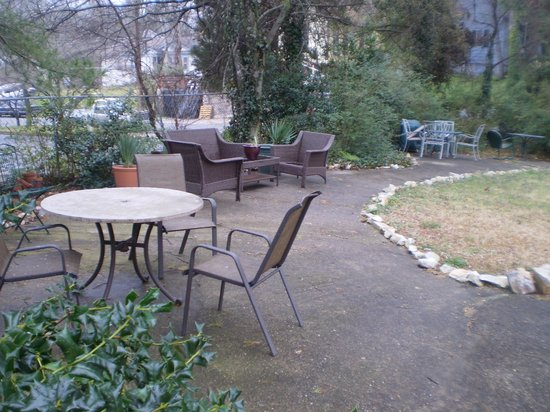 Alpine Inn: Convenient garden/patio area.