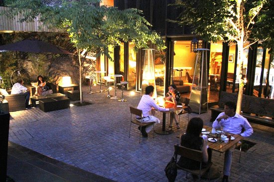 The Aubrey Boutique Hotel: courtyard at night