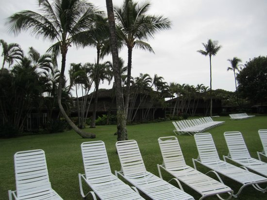 Royal Lahaina Resort: Lounging area next to pool
