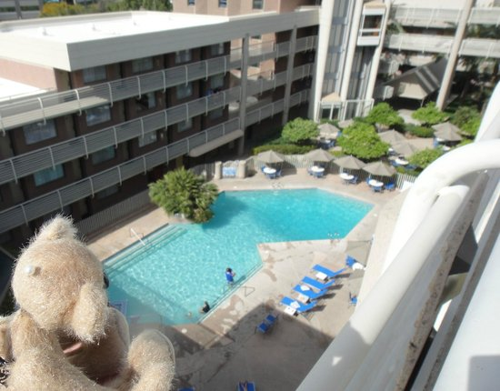 DoubleTree Suites by Hilton Hotel Phoenix: Looking down on the pool area