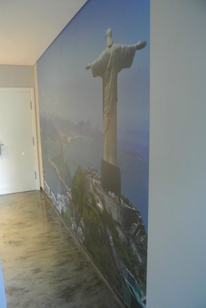 Casa Vela Guest House: big poster wall in Brazil suite