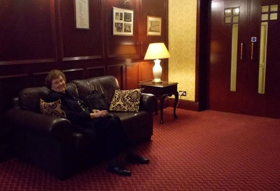 Best Western Broadfield Park Hotel: Lounge near front desk - loved the look of the Frank Lloyd Wright looking doors to the right.
