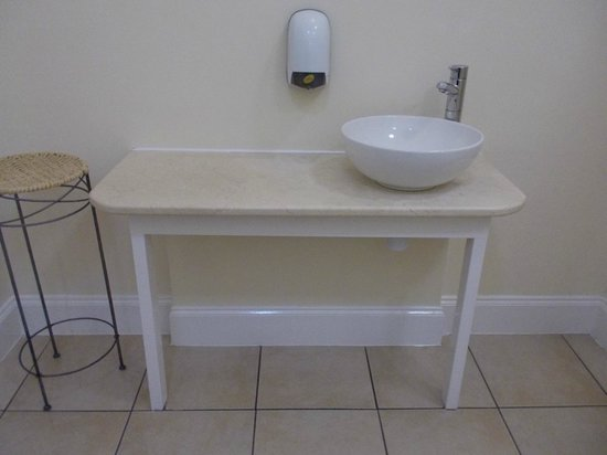 Best Western Broadfield Park Hotel: Sleek bathroom look - would love to have a bathroom that looked like this at home!