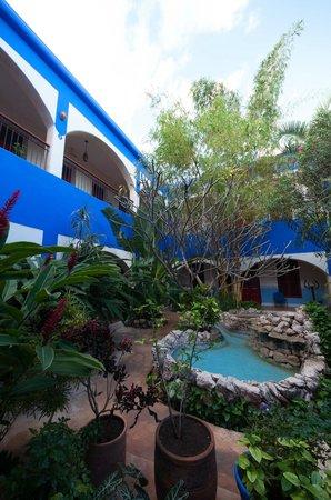 Hotel Medio Mundo: hotel courtyard