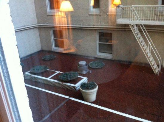 كليفت: Our courtyard view