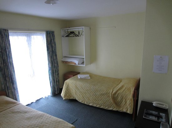 City Worcester Motel: Bedroom with clothes hanging area