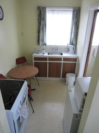 City Worcester Motel: Kitchen with table and chairs