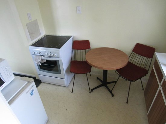 City Worcester Motel: Stove and kitchen table and chairs