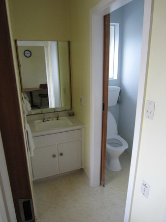 City Worcester Motel: Bathroom sink and toilet