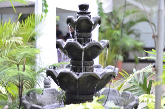 Celina's Cafe and Restaurant: a fountain at the entrance