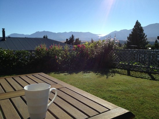 Tekapo Heights: Morning coffee from the courtyard just outside the room