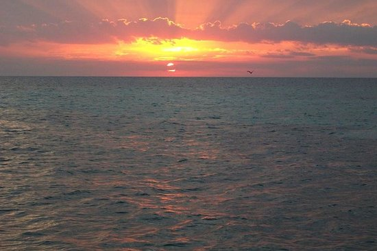 Hatchet Caye Resort: Our first sunset on Hatchet