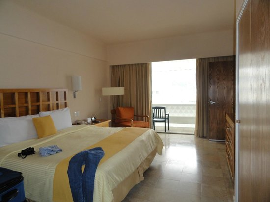 Fiesta Americana Villas Acapulco: Bedroom with king size bed and second balcony