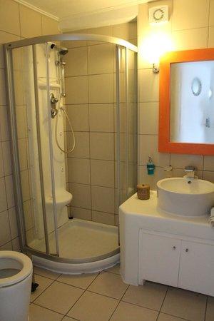 Rocabella Mykonos Art Hotel & SPA: La habitación bien, pero el baño de un 4 estrellas?