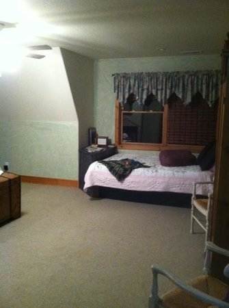 Circle S Guest Ranch and Country Inn : window bed so that you and your loved one can lay and look at the stars