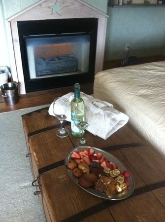 Circle S Guest Ranch and Country Inn : wine, strawberries, chocolates, candies, and bathrobes in our room after horseback ride