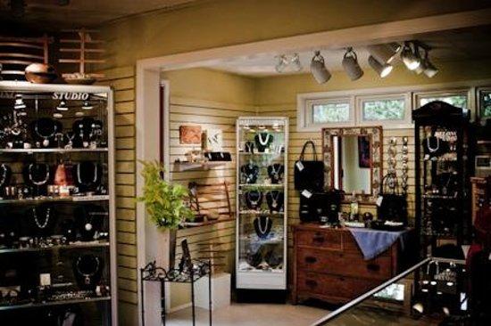 DeLong Studio: Showroom