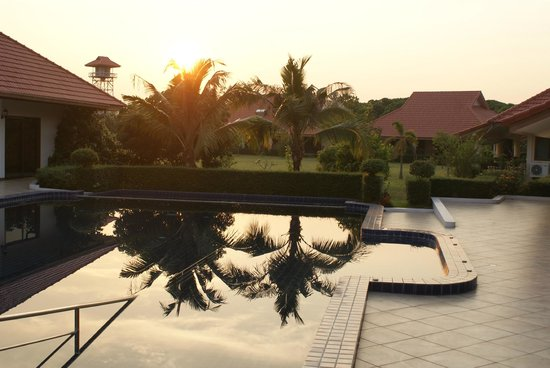 DHC Chiang Mai Resort: Swimming pool and grounds in the evening.
