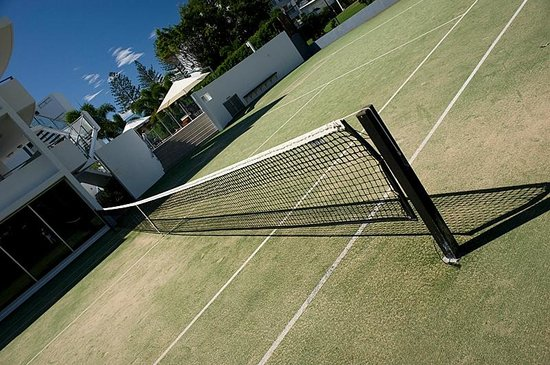 Manta Bargara Resort: Full sized tennis court