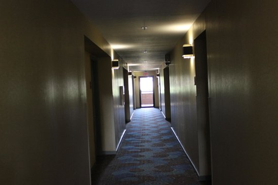 Best Western Seacliff Inn: Hallway to stairs