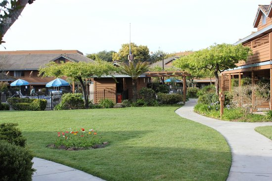 BEST WESTERN Seacliff Inn: Center grounds