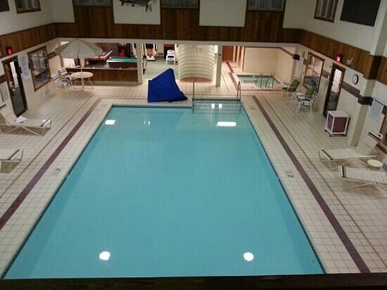 Cedarberry Inn : The large clean heated pool.