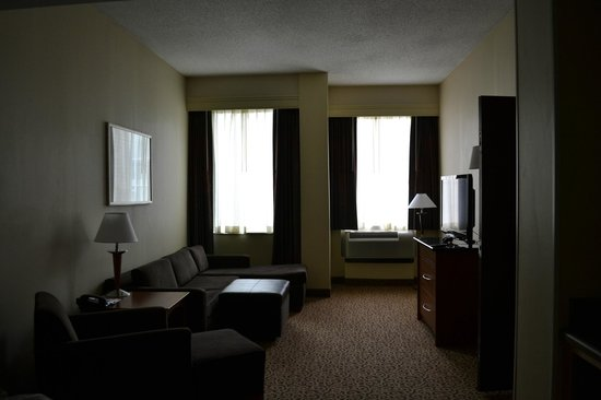 Hampton Inn and Suites Columbus Downtown: With 3 kids in tow spaciousness is good!