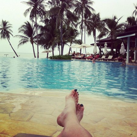 Melati Beach Resort & Spa: Poolside relaxing