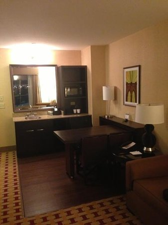Embassy Suites by Hilton Columbus - Airport: living room side of two room suite