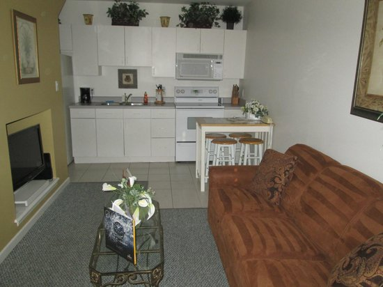 The Cozy Inn: Looking at kitchen area from living room