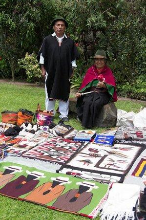 Hacienda San Agustin De Callo: Venta de artesanias indigenas en el jardin