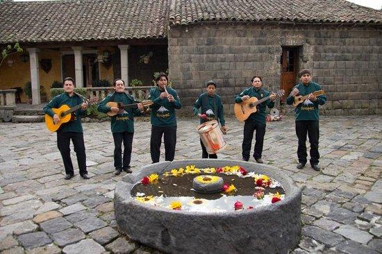 Hacienda San Agustin De Callo: Musica en vivo