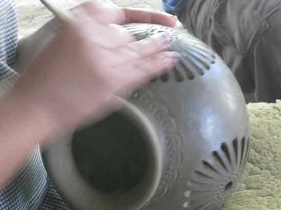Casa de los Milagros B&B: Carving Black Pottery