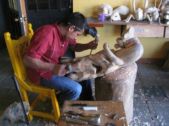 Casa de los Milagros B&B: Wood Carver