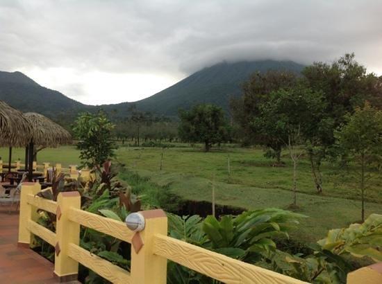 Hotel La Pradera: ubicacion del hotel con respecto al volcan
